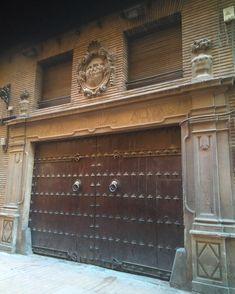La Posada de las Almas (Calle San Pablo 22) abrió sus puertas en 1705 como hostería urbana destinada a alojar viajeros y comerciantes, guardar sus carruajes y ofrecer a los huéspedes platos de la cocina de la tierra. . . De este establecimiento lleno de historia se cuenta queFrancisco de Goyafue uno de sus huéspedes, como lo fue elrey Juan Carlos,en su época de cadete en la Academia General Militar. San Pablo, Academia, Rey, Garage Doors, Outdoor Decor, Home Decor, Street Lights, Dishes, Cooking