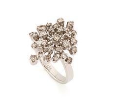 Anel de Ouro Nobre 18K com diamantes cognac - Coleção Snow Flake Link:http://www.hstern.com.br/joias/p-produto/A1B188819/anel/snow-flake/anel-de-ouro-nobre-18k-com-diamantes-cognac---colecao-snow-flake