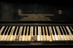 Old piano by Vince Alongi, via Flickr; some rights reserved