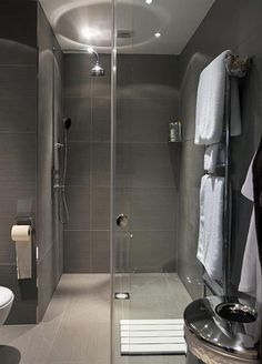 Italian style shower entirely grey in modern style   Douche italienne entièrement grise au style moderne