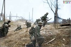 The Battle of Stalingrad (July German Army assault troops advance into the suburbs of Stalingrad (late Sept To the left a mortar crew can be seen. They are unaware of the nighmare that awaits them all. German Soldiers Ww2, German Army, Luftwaffe, Battle Of Stalingrad, Germany Ww2, History Online, War Photography, Panzer, Germany