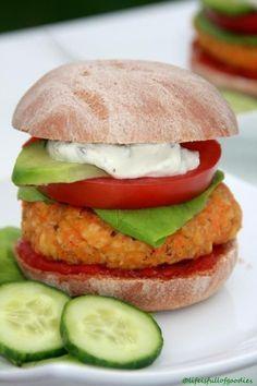 FIT FOOD Ein Burger kann ja sooooo megasaugut sein! Nur über den Nährwert mitsamt den Kalorien darf man nicht nachdenken. Gut, dass es aber auch gesunde Alternativen gibt! Zum Beispiel mein Karotten-Haferflocken-Burger. Da sind sogar die Brötchen gesund. Aus Dinkel-Vollkorn. Haferflocken und Dinkel für den Ballaststoffbedarf, Karotten, Tomaten und Salat liefern Vitamine und die Avocado … Weiterlesen…