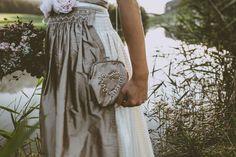 Ein bodenlanges ecrufarbenes Brautdirndl mit Leinenoberteil und gestifteltem Rock aus einem Jacquardgewebe. Dazu passend eine wunderschöne gestifteltelte und mit der Hand bestickte Seidenschürze in Natur. White Dress, Rock, Dresses, Fashion, Silk, Wedding, Nice Asses, Nature, Vestidos