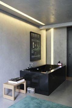 Sexy urban apartment interiors in Sao Paulo by Studio Guilherme Torres Best Bathroom Designs, Modern Bathroom Design, Bathroom Interior Design, Bathroom Ideas, Zeitgenössisches Apartment, Apartment Interior, Bad Inspiration, Bathroom Inspiration, Black Bathtub