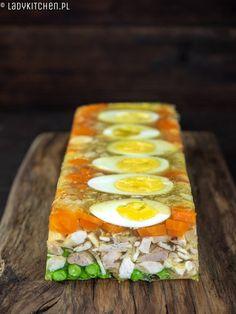 Galareta z kurczakiem. Z jajkami, warzywami i zielonym groszkiem