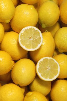 8 Best Foods for Gorgeous Skin Lemon juice helps remove fat-sol. - 8 Best Foods for Gorgeous Skin Lemon juice helps remove fat-soluble toxins and old - Yellow Aesthetic Pastel, Aesthetic Colors, Aesthetic Pictures, Aesthetic Art, Aesthetic Objects, Foto Still, Art Texture, Fruit Photography, Vegetables Photography