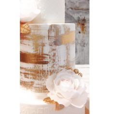 Pequeño adelanto de una tarta muy especial... #goldensunshine #wedding #weddingcake #roses #weddingstyle #boda #tartadeboda #tartasamedida #tartasfondant #sweet #sweetmama #inmaculadagarcia #waferpaper #sugarart #sugarcraft #sneakpeek