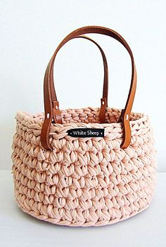 Discover thousands of images about Rimini zpagetti bag Crochet Basket Pattern, Knit Basket, Crochet Tote, Crochet Handbags, Crochet Purses, Crochet Crafts, Crochet Yarn, Crochet Patterns, Crochet Baskets