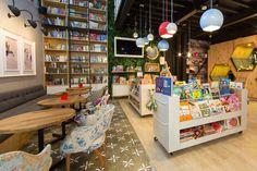 9 ¾ Bookstore and Café modern bookstore by Plasma Nodo Design Café, Design Blog, Interior Design, Design Ideas, Bookstore Design, Library Design, Cafe Bookstore, Book Cafe, Modern Restaurant