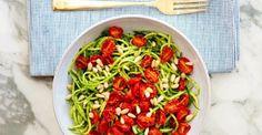 COURGETTESPAGHETTI  Benodigdheden:  - zo'n 4 courgettes (afhankelijk van de grootte)  - 300 gr cherrytomaten  - olijfolie  - 3 eetlepels groene pesto  - 2 eetlepels geroosterde pijnboompitten  - een Julienne snijder of goede behendigheid met een keukenmes