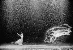 """Tanztheater Wuppertal, """"Vollmond"""", ein Stück von Pina Bausch, 2006, photo: Oliver Look"""