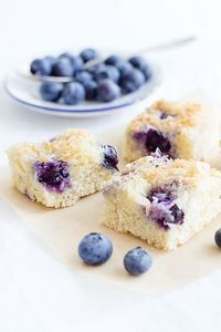Heidelbeer-Buttermilchschnitten The post Heidelbeer-Buttermilchkuchen appeared first on Daisy Dessert. Cheesecake Recipes, Dessert Recipes, Cheesecake Cookies, Blueberry Bundt Cake, Delicious Desserts, Yummy Food, Dessert Bars, Cakes And More, No Bake Cake