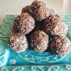 These mouthwateringly delicious Date & Oat Bliss Balls are a PERFECT healthy snack. They give you a great boost when feeling peckish and low on energy. Healthy Mummy Recipes, Healthy Treats, Raw Food Recipes, Sweet Recipes, Snack Recipes, Cooking Recipes, Protein Snacks, Protein Ball, Fat Bombs