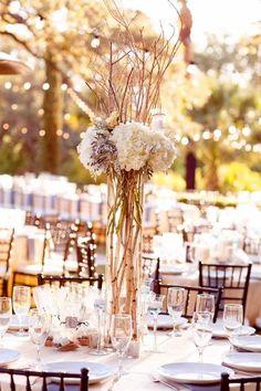 centre de table mariage en hauteur avec branches et hortensias blancs