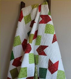 Wake up Christmas morning snuggled in this beautiful and festive Sparkle Quilt Pattern. This quilt can be made from fat quarters, and your favorite scraps or novelty Christmas fabrics. The red and green scrap quilt looks crisp and modern. Quilting For Beginners, Quilting Tutorials, Quilting Projects, Quilting Designs, Sewing Projects, Christmas Quilt Patterns, Christmas Fabric, Christmas Decor, Christmas Ideas