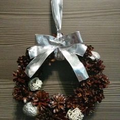 Ja spravím veniec šiškovitý za 18€ | Jaspravim.sk Christmas Wreaths, Holiday Decor, Handmade, Home Decor, Christmas Swags, Homemade Home Decor, Holiday Burlap Wreath, Interior Design, Home Interiors