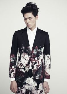 My favorite Korean model, Kim Won Joong in a floral suit, yes Kim Won Joong, Men's Fashion, High Fashion, Mode Shoes, Marlon Teixeira, Inspiration Mode, Mode Style, Style Men, Well Dressed