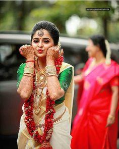 Unique &Trending Varmala Designs for upcoming Wedding Season couple indian Indian Wedding Couple Photography, Indian Wedding Photos, Bride Photography, Indian Wedding Bride, Tamil Wedding, Photography Ideas, Kerala Bride, Hindu Bride, Bride Poses