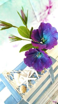 Playing with colours - free formed Eustoma ( Lisianthus) in blue and violet shades - Cake by Catalina Anghel azúcar'arte