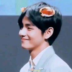 Uuhhh I can't stop smiling while watching this Bts Jungkook, Kim Taehyung, Foto Bts, Bts Photo, Shop Bts, Oppa Ya, J Hope Dance, V Smile, V Video