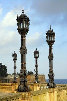 Farolas en el muelle, Cadiz | Dockside lamp posts in #Cadiz, Spain