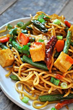 Vegan Garlic Sriracha Tofu Yakisoba. This delicious dish makes the perfect dinner or lunch. #vegan #glutenfree #vegandinner #tofurecipe