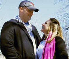 Da tragédia da Maratona de Boston apareceu uma história emocionante de uma sobrevivente do atentado que irá casar com o bombeiro que a resgatou momento após a explosão. Roseann Sdoia era uma espectadora próximo da linha de chegada e foi atingida por um estilhaço da bomba. O bombeiro Mike Materia correu para ajudá-la e a acompanhou até o hospital, onde a mãe de Roseann acabou dando uma de 'cupido'. Roseann disse ao New York Post: No hospital, minha mãe tentou bancar a 'cupido'. Ela dizia…