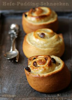 Hefe-Pudding-Schnecken (German yeasted pudding buns) from Seitan is My Motor Pudding Desserts, Dessert Recipes, Pudding Recipes, Vegan Bread, Vegan Cake, Vegan Sweets, Vegan Desserts, Cooking Bread, Sweet Buns