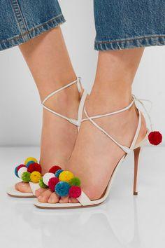 Yazlık ayakkabılarınızı ponponlarla süsleyebilirsiniz. Pon pon yapmanız için gerekli olan ponpon matiği ve ipleri Hobium.com'da bulabilirsiniz.