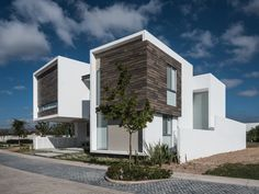 Completed in 2016 in Mexico. Images by Oscar Hernandez. Located in a residential area in the northern part of Aguascalientes city, R+P house is developed for a family of 5, where 3 of them are pets. In an...
