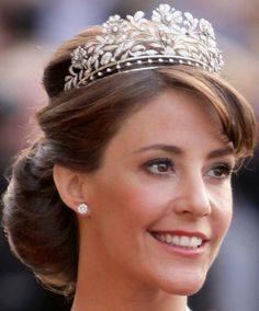 Princess Marie of Denmark in the Dagmar Floral Tiara. Originally this tiara belonged to Princess Dagmar, the youngest daughter of Frederik VIII and Queen Louise, she married Master of the Royal Hunt Jørgen Castenskiold in Royal Crown Jewels, Royal Crowns, Royal Tiaras, Royal Jewelry, Tiaras And Crowns, Princess Marie Of Denmark, Danish Royalty, Princesa Mary, Royal Brides