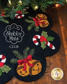 Shabby Mats Club - In Wool these fabrics Diy Christmas Tree Skirt, Christmas Tree Skirts Patterns, Felt Christmas Ornaments, Christmas Quilting Projects, Christmas Sewing, Christmas Crafts, Christmas Decorations, Tree Crafts, Felt Crafts