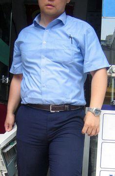 夏服の警察官。 ピチピチのズボンがエロい…。