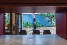 Casa Azul   Galeria da Arquitetura Estilo Tropical, Interior Exterior, Windows, Home, Timber Deck, Red Cabinets, Lighting Design, Living Spaces, Home Layouts