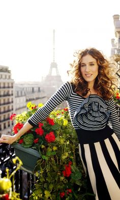 Carrie Bradshaw Arrives In Paris Wearing A Sonia Rykiel Top And Skirt, Season 6