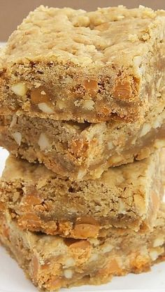 - Butterscotch Caramel Crunch Blondies Butterscotch Caramel Crunch Blondies are packed with so much good stuff. They& sweet, nutty, crunchy, and irresistible! Cookie Brownie Bars, Cookie Desserts, Easy Desserts, Delicious Desserts, Yummy Food, Carmel Desserts, Tasty, Brownie Recipes, Cookie Recipes