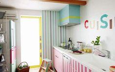 Farbenfroh beklebte Küche #tapeart