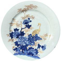 Très grand plat à décor d'une grue en porcelaine de Chine de la Compagnie des Indes d'époque Qianlong A décor en plein, peint en bleu sous couverte et rehaussé d'une belle dorure, représentant un grue parmi des pivoines et des bambous.