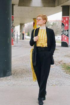 Fransen haben es mir Angetan! Egal ob DIY Kleider mit Fransen oder DIY Fransentaschen, mit dem Look kann man nicht falsch liegen! Diese besondere Tasche habe ich vor kurzem erst fertig gestellt und versuche sie regelmässig anders zu kombinieren. Gut dass mir da die gelben Sachen nicht ausgehen. Fashion Weeks, German, Don't Care, Yellow Things, Going Out, Nice Outfits, Pool Chairs, Outfit Ideas, Bags