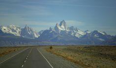 Los cerros desde la ruta   Quasiment à la pointe du continent sud-américain, El Chaltén est un village argentin situé au pied du mont Fitz Roy, en Patagonie. Le lieu, baptisé «capitale du trekking» par le site officiel qui en fait la promotion, est prisé par les amateurs de balade, d'escalade... et de panorama à couper le souffle. Crédit: Yesica   FlickR licence cc by sa