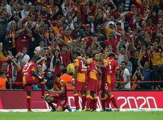 Burak Yilmaz célèbre son but contre Sivasspor avec Eboue.