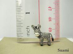 Micro Miniature crochet Donkey 0.6 Inch - Burro micro miniatura de ganchillo.     Courtesy: Su Ami, Miniature Crochet Animals (Vietnam).