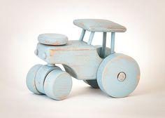Houten tractor, geschilderd met kalkverf en geschuurd. Lengte 16 cm, breedte 8,5cm, hoogte 12cm.