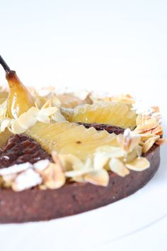 Tarte Bourdaloue poire chocolat - Recette Olivia Pâtisse Cacao, Camembert Cheese, Dairy, Desserts, Cheesecakes, Food, French Nails, Pear Tart, Sliced Almonds