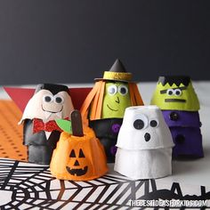 HALLOWEEN EGG CARTONS 🎃👻🧙‍♀️🧛‍♂️ Save up those egg cartons to make these adorable Halloween egg carton crafts. 😆 Which one is your favorite? Also start saving egg cartons no Halloween Arts And Crafts, Spooky Halloween, Holidays Halloween, Fall Crafts, Halloween Decorations, Christmas Crafts, Egg Box Craft, Crate Crafts, Manualidades Halloween