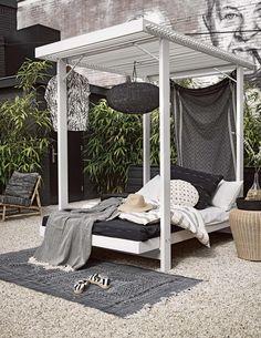 Zwart, wit en groen, meer heb je niet nodig om een tropisch paradijsje te creëren in je eigen tuin. Zo waan je je in een Afrikaanse safarilodge.