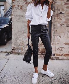 Simple shick – classic white shirt, leather pants and white shoes Simple shick – klassisches weißes Hemd, Lederhose und weiße Schuhe Leather Pants Outfit, Black Leather Pants, White Shoes Outfit, Black Pants White Shirt, White Outfits, White Sneakers Outfit Spring, Sneakers Outfit Work, Leather Dresses, Black Jeans