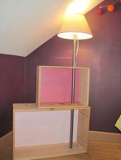 chevet ou table de nuit avec deux caisses de vin