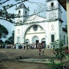 Región Continental. Iglesia de EBEBIYÍN. Salida de Misa