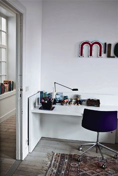 Love the desk, and so simple. I could make it myself!